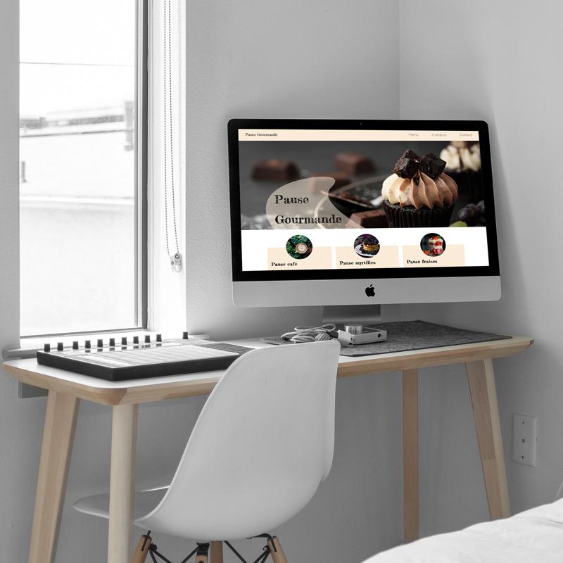 Bureau avec un ordinateur, Entête du site web pause gourmande réalisé en HTML - CSS