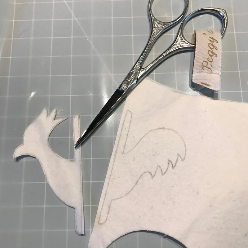 Atelier PEGGY abat jouriste & graphiste, découpe délicate du logo.