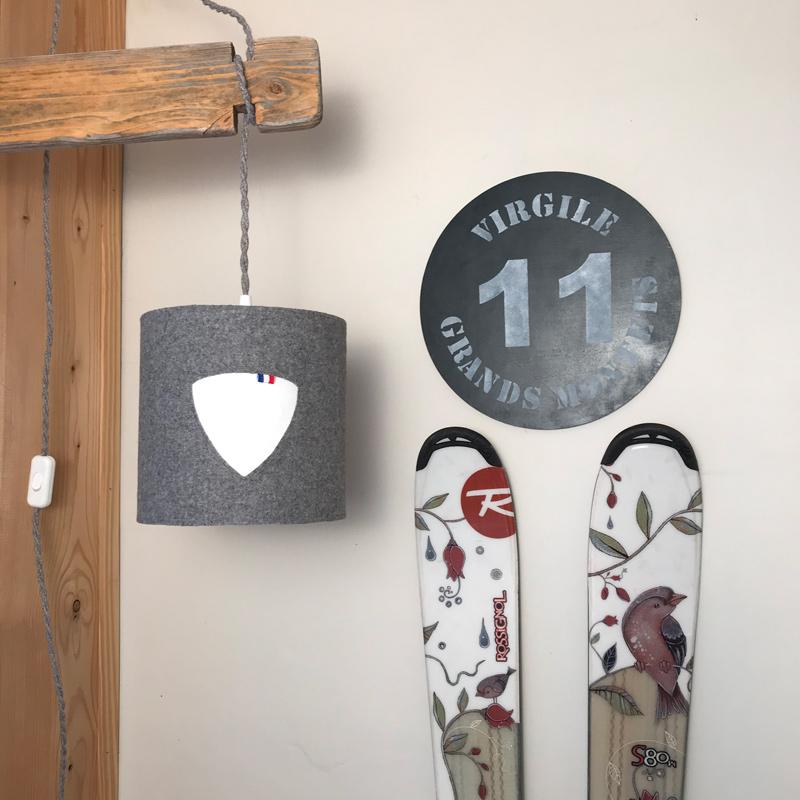Abat jour graphique à l'effigie d'une grande marque de ski français, Rossignol.