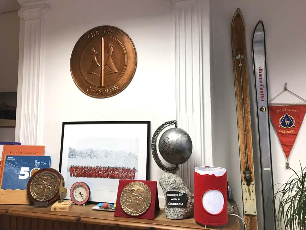 Bureau du directeur de l'école de ski français de Chamonix Mont Blanc avec une lampe de l'atelier studio création PEGGY