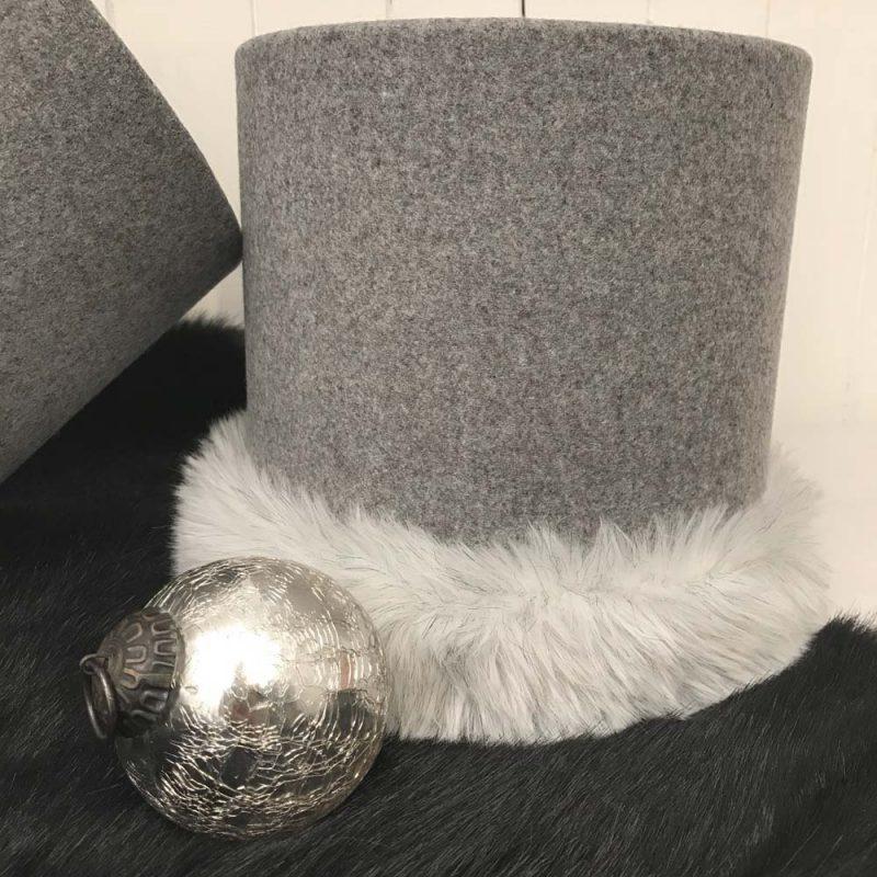Abat jour suspension cylindrique gris chiné en drap de laine et fausse fourrure blanche crinière de loup.