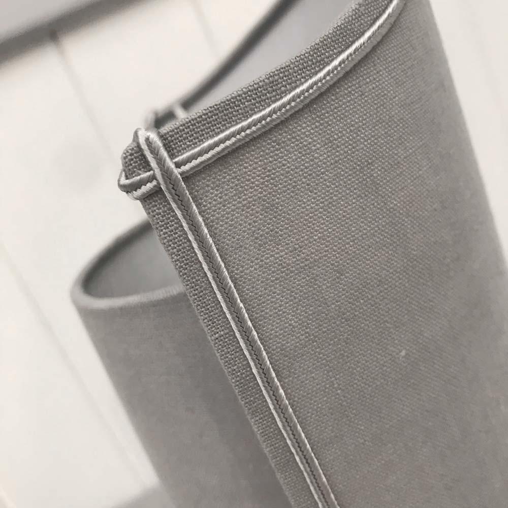 Applique pince flamme lin gris contrecollé avec finitions soutache grise satinée.