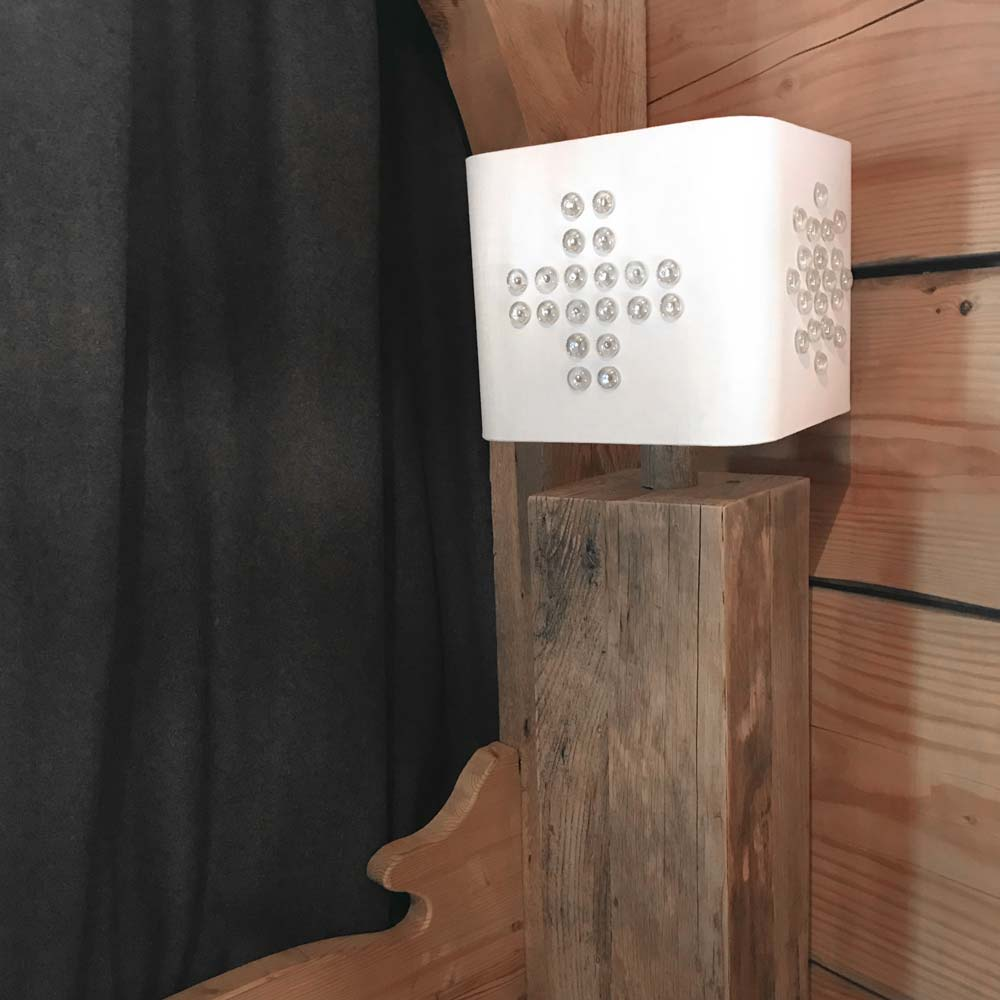 Abat jour carré ISS en coton métis recouvert de galets de verre dans le chalet du café comptoir à Vallorcine