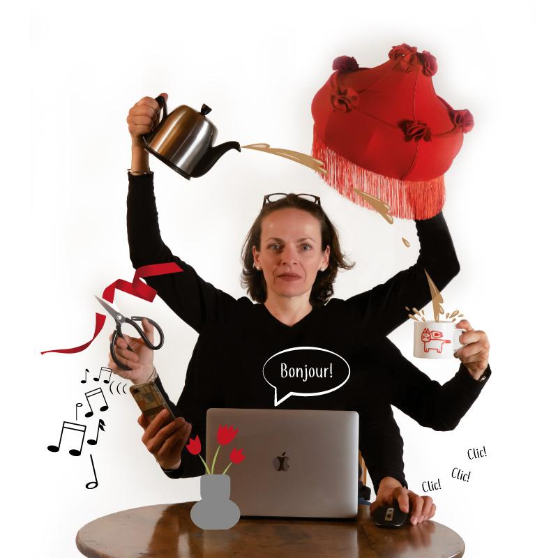 PEGGY, déesse Shiva, macbook pro, ciseaux japonais, abat jour art déco, théière Guy Degrenne, tasse en porcelaine Jane Foster.