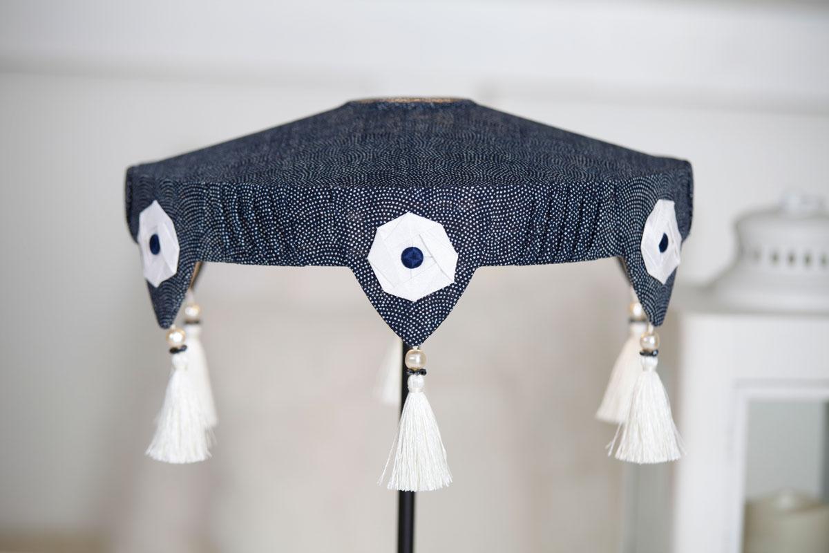 Abat jour art déco en coton japonais bleu marine, macarons en origami de soie et pompons de passementerie