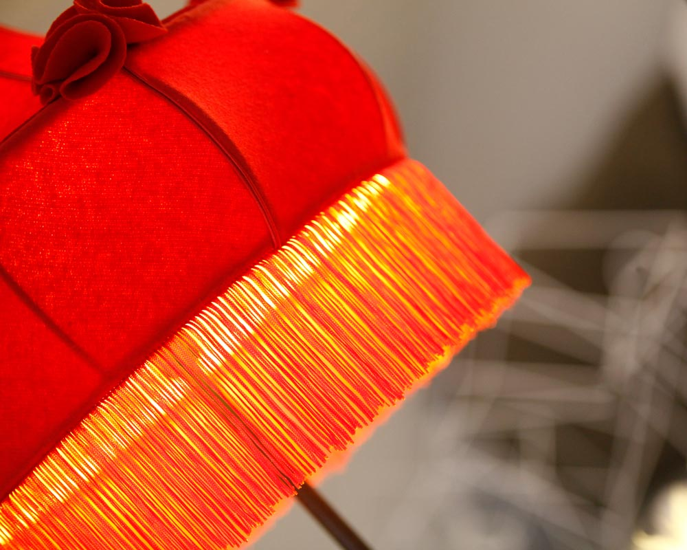 abat jour art déco drap de laine et frange rouge éclairé