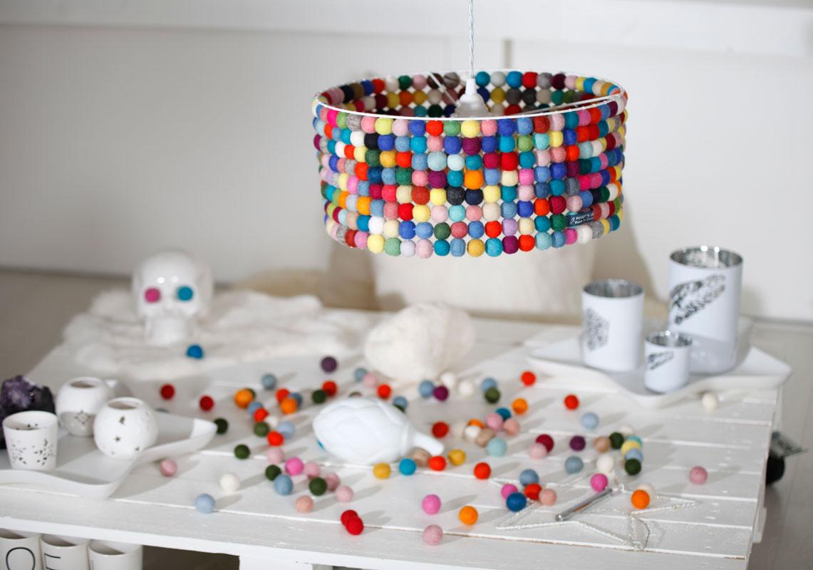 abat jour suspension composé de boules de laines feutrées du Népal multicolores éteint