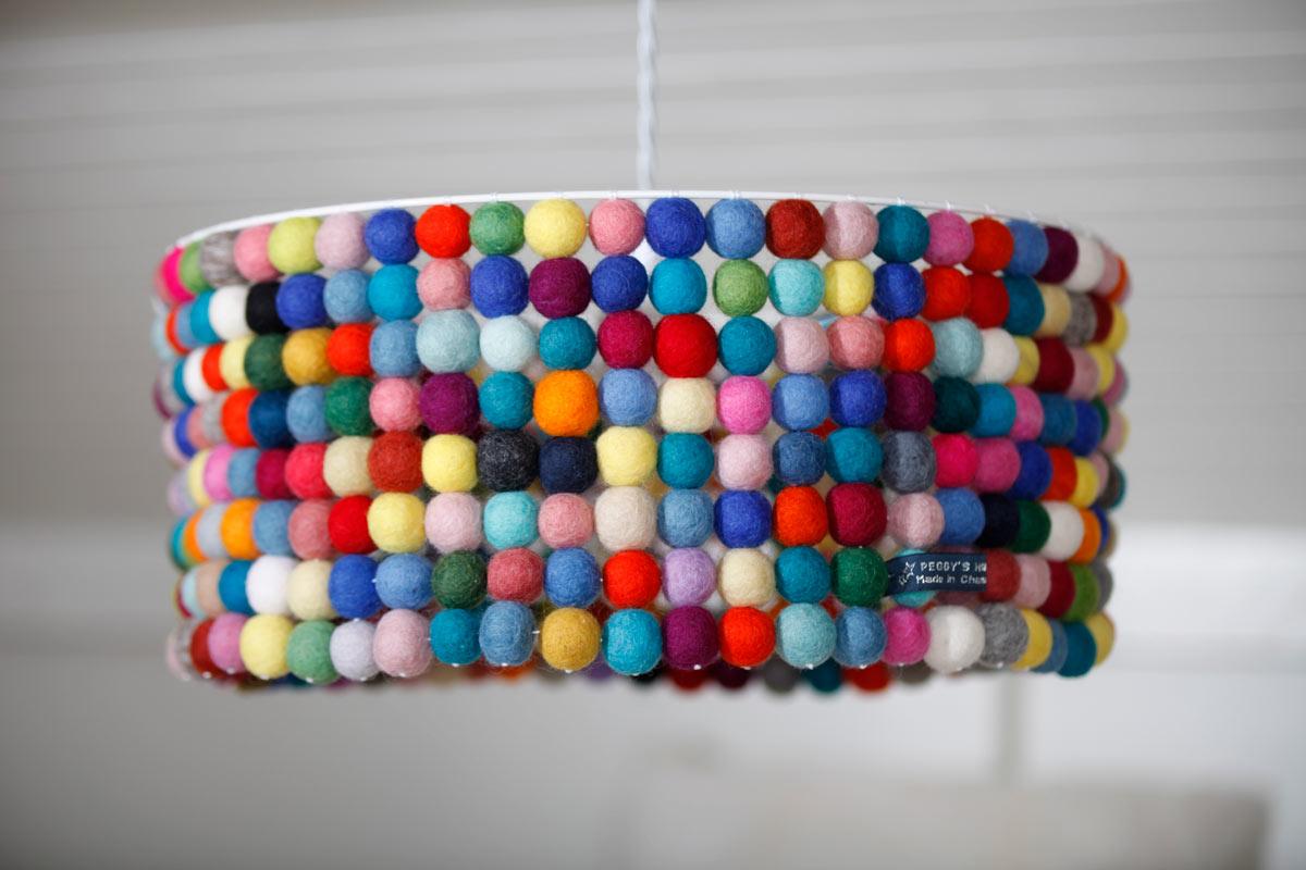 abat jour suspension composé de boules de laines feutrées du Népal multicolores gros plan