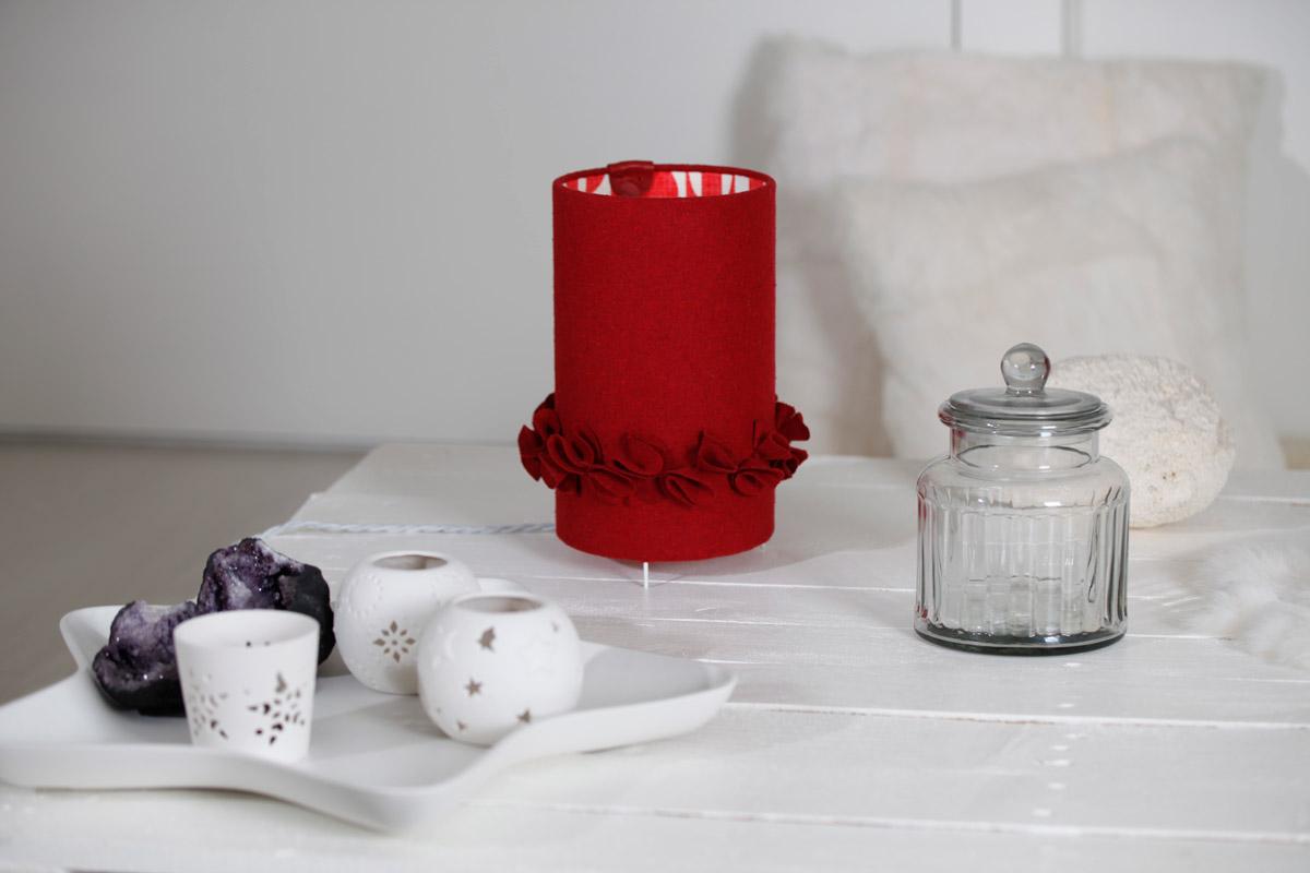 Lampe à poser cylindrique en drap de laine rouge & popeline abécédaire éteinte