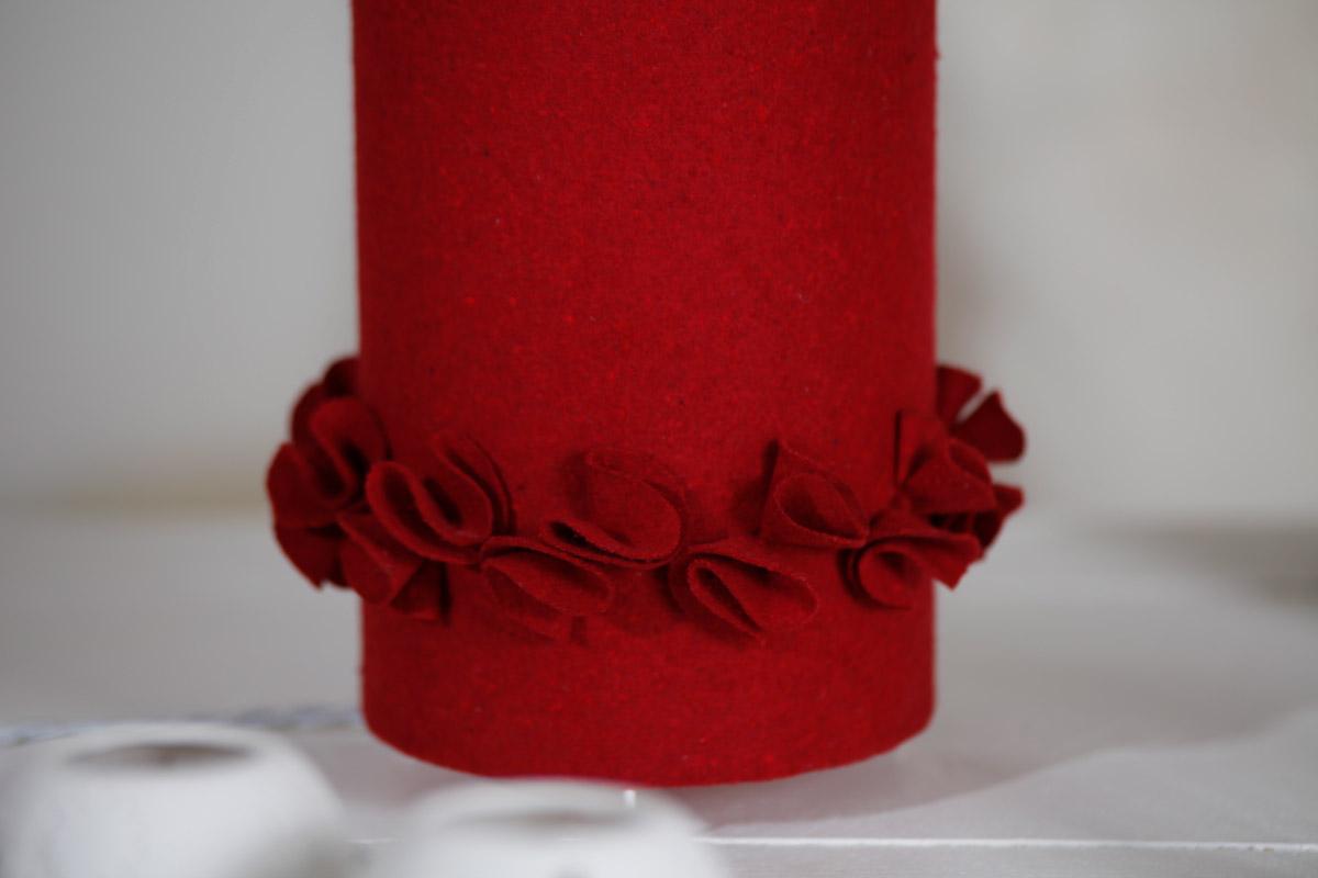 Lampe à poser cylindrique en drap de laine rouge & popeline abécédaire détail
