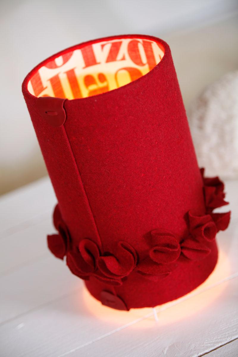 Lampe à poser cylindrique en drap de laine rouge & popeline abécédaire éclairée